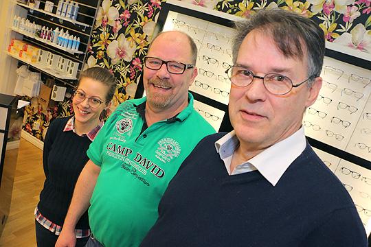 Linnea Forsgren Piuva, Lars Sjöstedt och Peder Nordenstam på Solguns Optik. Foto: Fredrik Norman