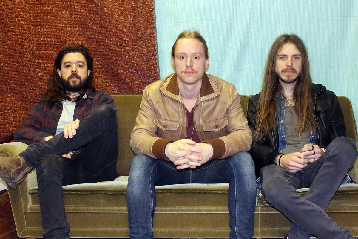 Stew består av Nicklas Dahlgren (trummor), Markus Åsland (sång och bas), och Nicklas Jansson (gitarr). Foto: Privat