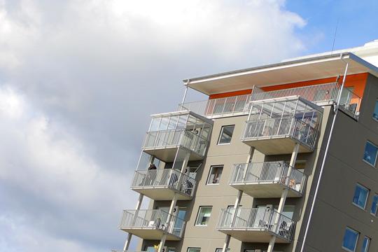 Inglasning pågår. I början av sommaren skall ett 40-tal balkonger blivit väderskyddade. Foto: Fredrik Norman