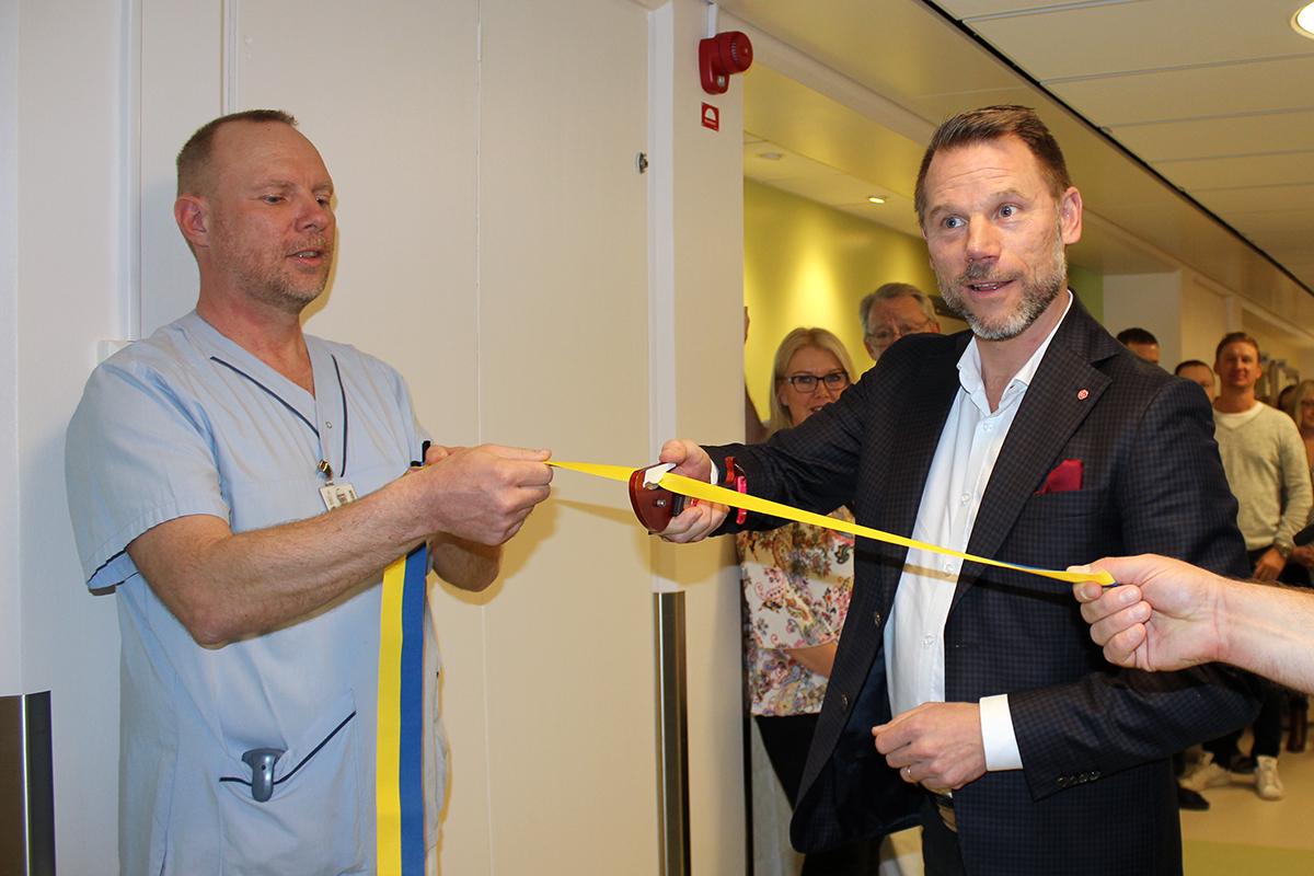 Regionsråd Andreas Svahn klipper det symboliska bandet med en traumakniv. Foto: Jennie Larsson