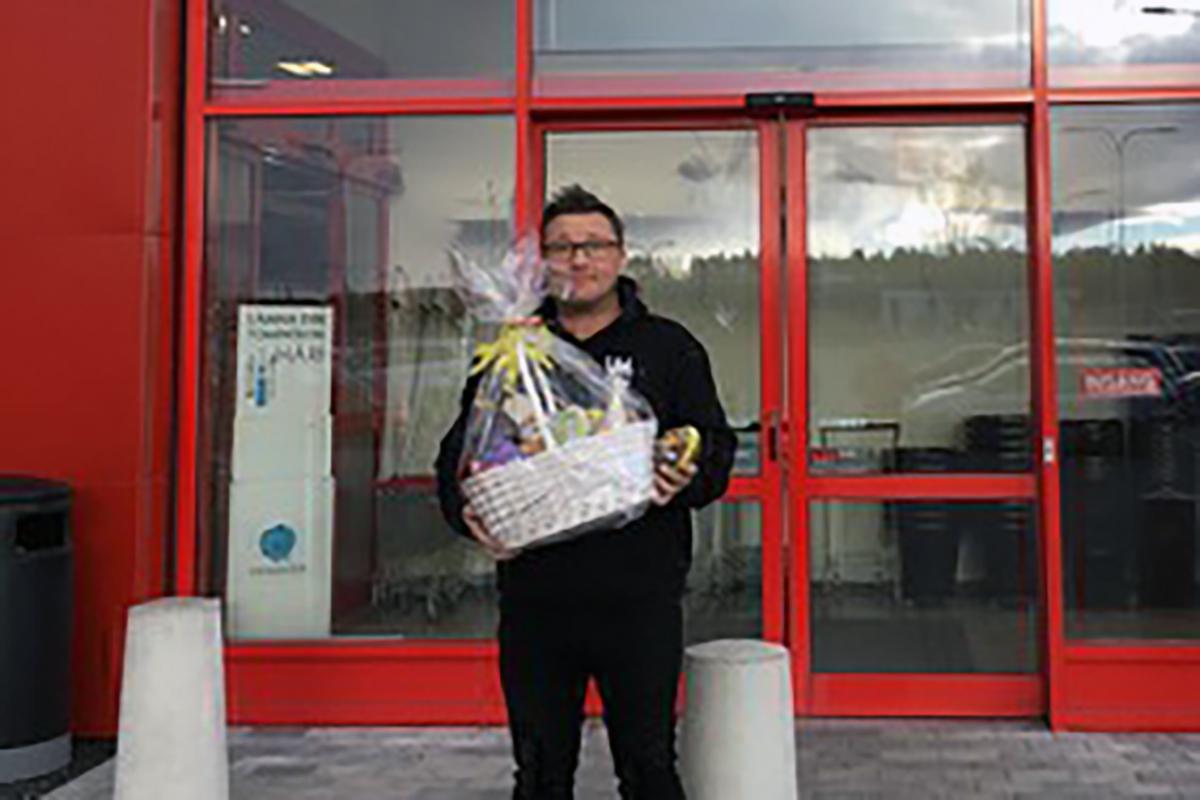 Kenneth Andersson blev den lyckliga vinnaren av dagens påskägg. Foto: Mejk