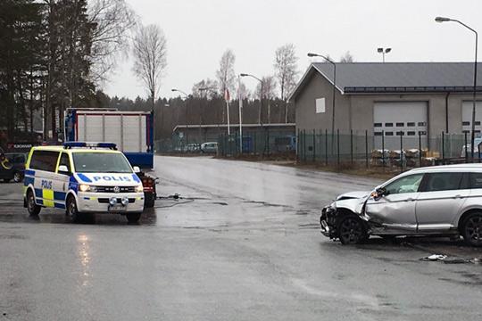 Två personbilar kolliderade på industriområdet vid lunchtid på måndagen. Foto: Camilla Lagerman