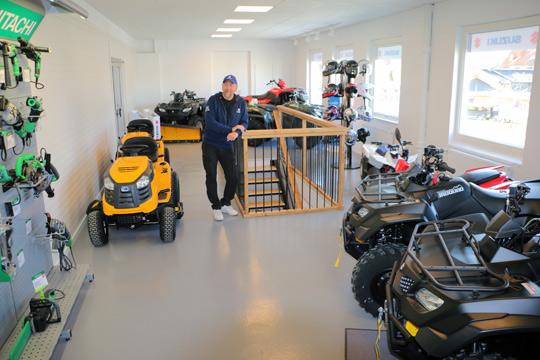 Stefan Friedrichsen i den nya utställningslokalen för fyrhjulingar, ovanför den ordinarie butiken. Foto: Fredrik Norman