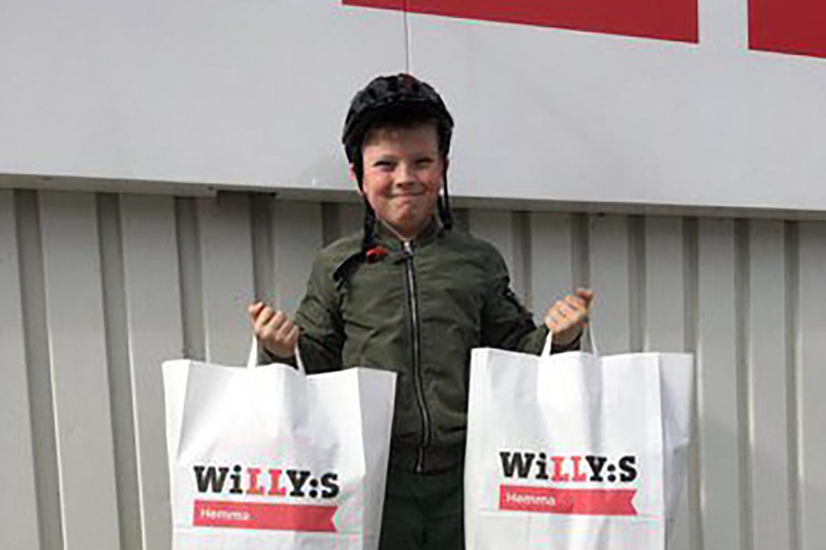 Algot Pamenius 10 år blev den sista lyckliga vinnaren i årets påskäggsjakt. Foto: Willys i Lindesberg