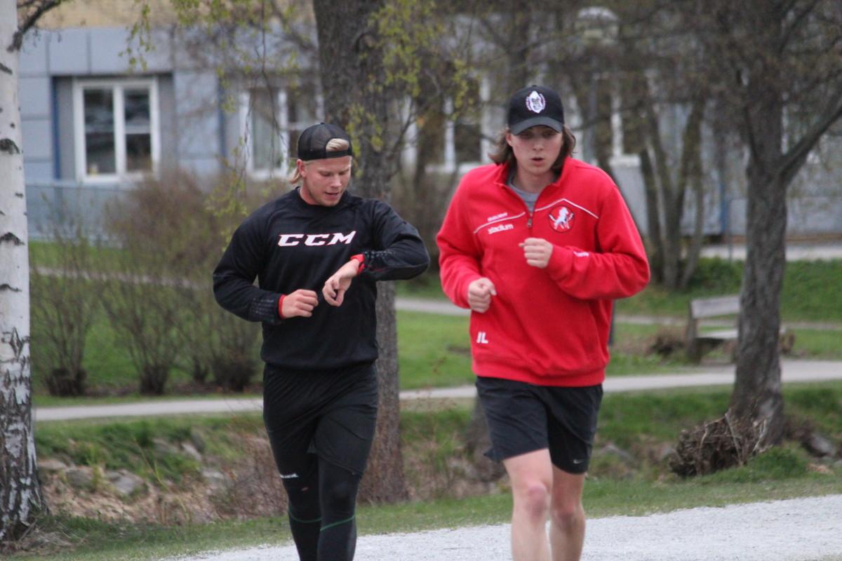 Två av tryoutspelarna försöker att imponera på ledarstaben. FOTO: Hannes Feldin