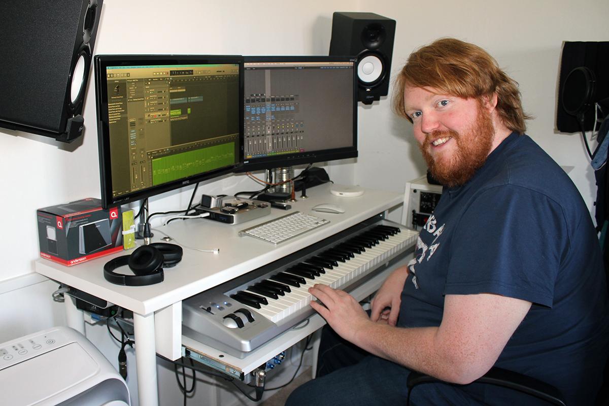 Martin Almgren hemma i sin egen musikstudio. Foto: Jennie Larsson