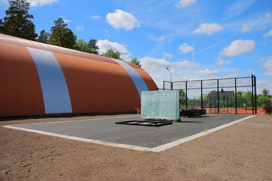 Här vid tennishallen öppnar en helt ny padelbana lagom till helgen. Samtidigt öppnar ytterligare en bana ute vid golfbanan. Foto: Fredrik Norman