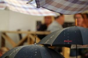 Regnet öste ner över allsången sommaren 2014. Arkivfoto: Sami Rahkonen