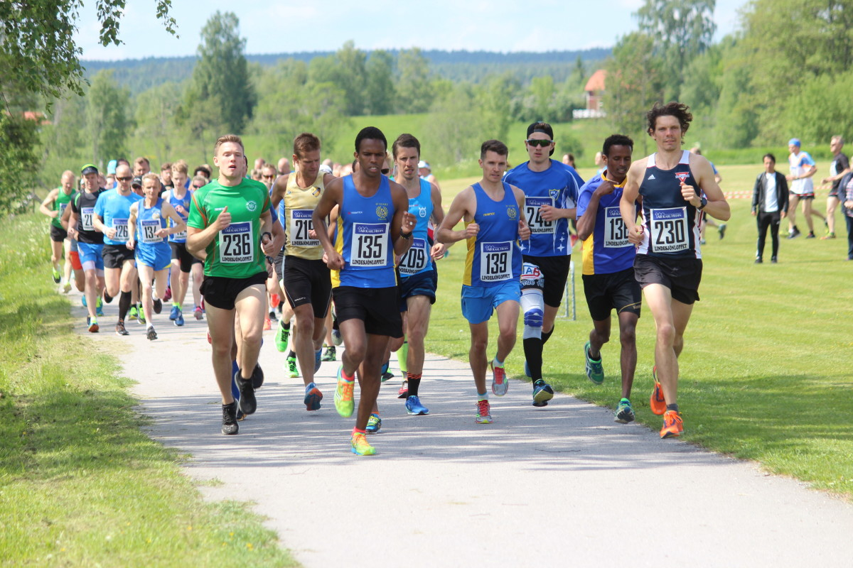 Med starttid 11.30 drog seniorfältet iväg med löpare i herr, dam, motionär och tävling ungdom. FOTO: Hannes Feldin