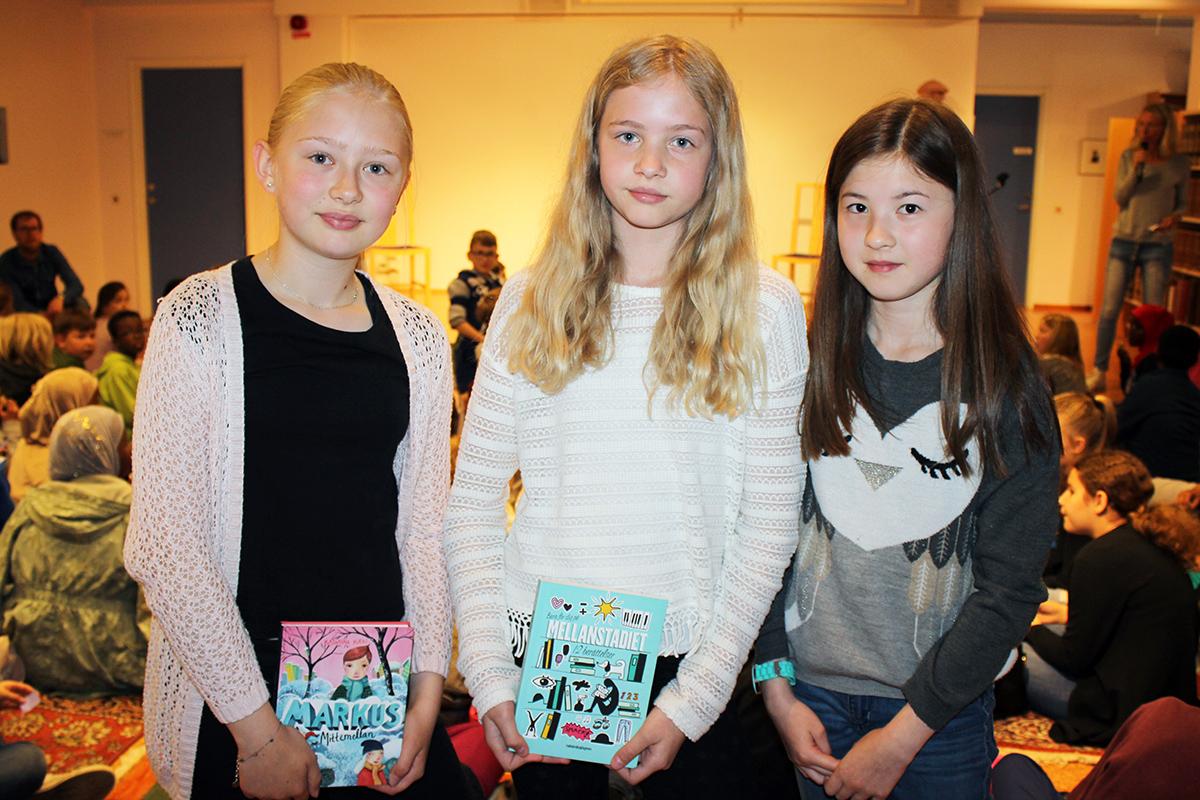 Selma Nelzén, Thea Haglund och Tea Holgersson går i åk 5 på Björkhagaskolan. De gillar att läsa , och gärna olika typer av böcker. Foto: Camilla Lagerman