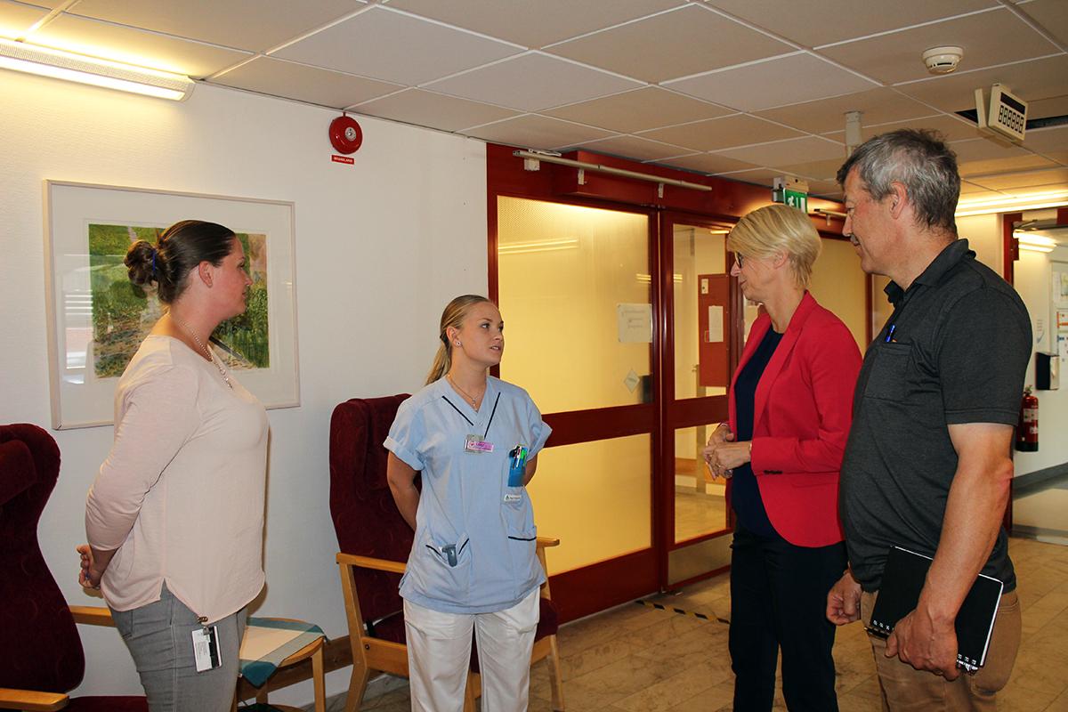 Avdelningschef Sofia Eriksson och undersköterskan Frida diskuterar med Elisabeth Svantesson och Ola Karlsson. Foto: Camilla Lagerman