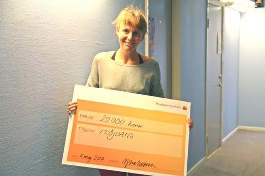 Jenny Eknor, föreningen Fröjdans, med 20 000 kronor som Sparbankens ägare öronmärkt för ett dansant projekt - riktat till män. Foto: Bergslagens Sparbank