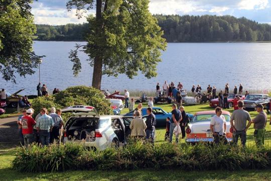 Motorträff med utsikt över sjön. Nu drar en ny säsong av de populära träffarna igång. Arkivfoto: Ida Lindkvist