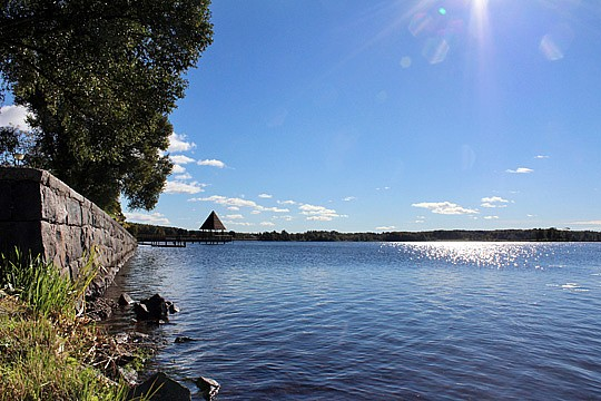 Orenat avloppsvatten har läckt ut i Lindessjön. Foto: Fredrik Norman