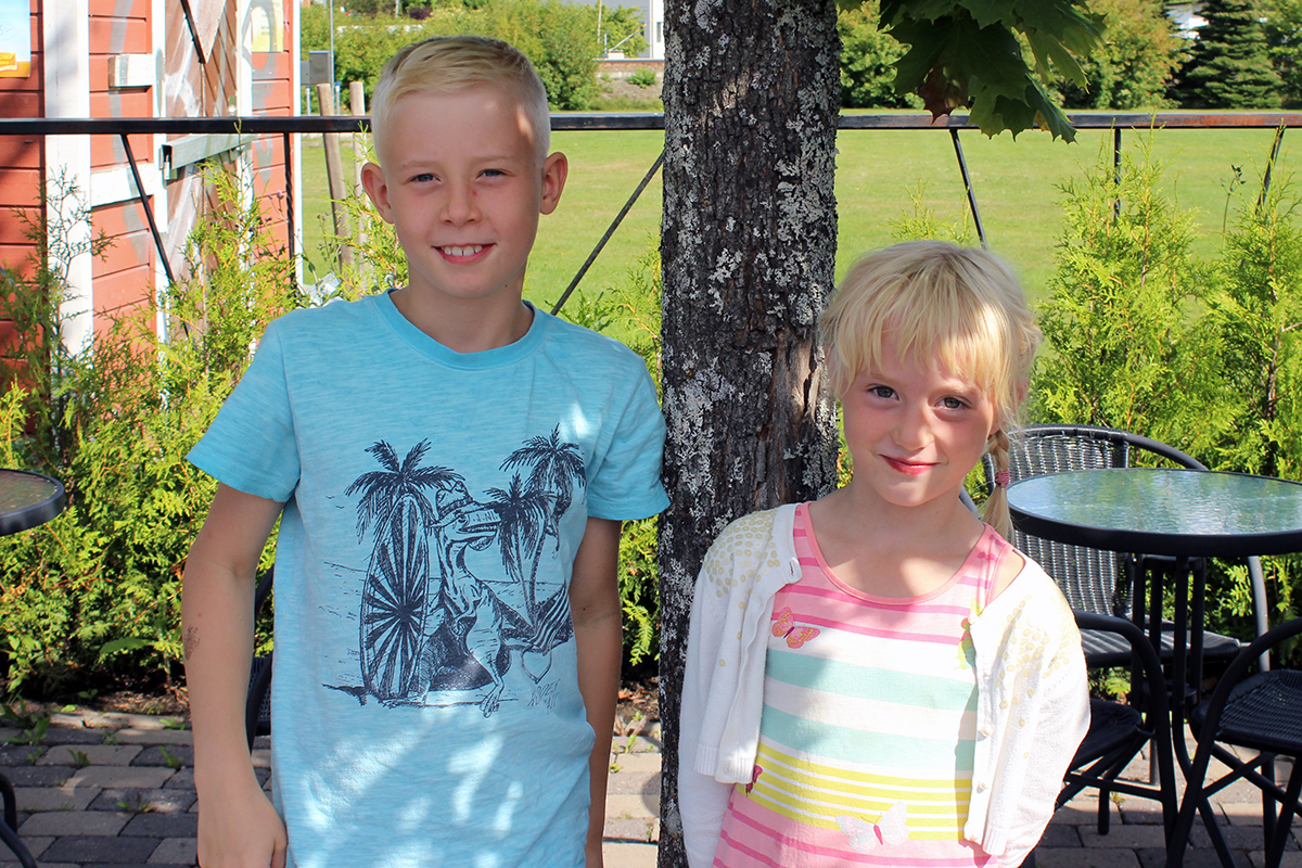 Syskonen Hugo och Isabella spenderade sista sommarlovsdagen med att äta glass. Foto: Camilla Lagerman
