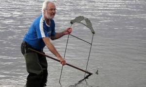 Maj 2009. Efter tips från allmänheten lyckas Rainer fiska upp händerna ur sjön.