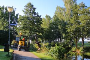 Sedan i förra veckan har kantskärning pågått, för att frigöra den yta som skall asfalteras.